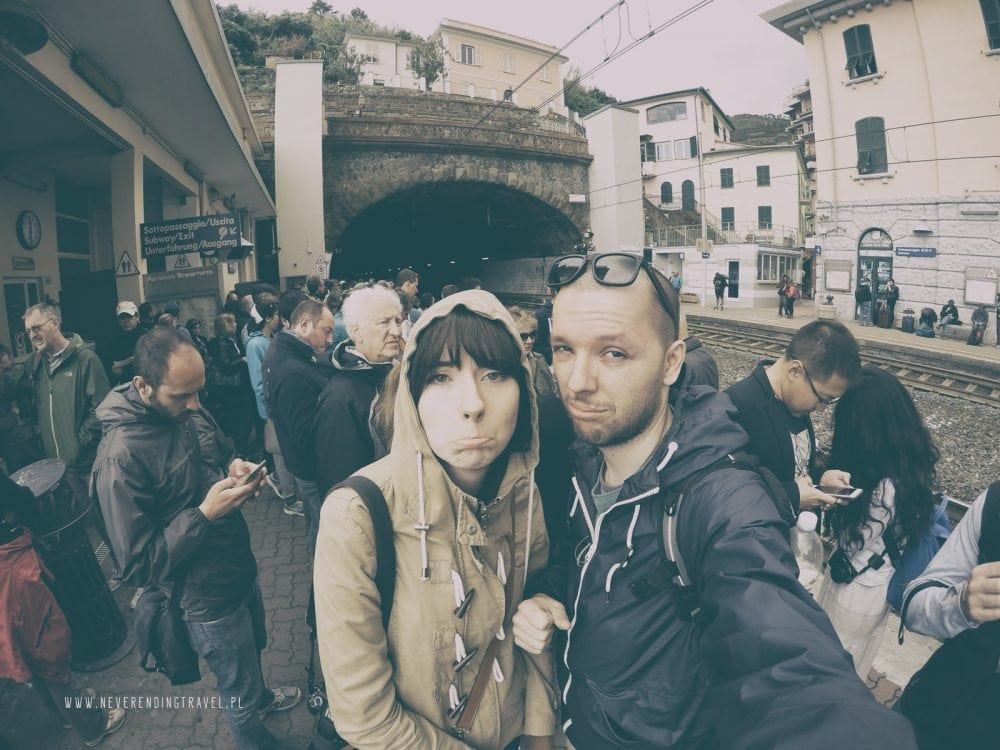my na stacji w Cienque terre w Ligurii, czekamy na opóźniony pociąg, na peronie jest dużo ludzi, a my mamy smutne miny
