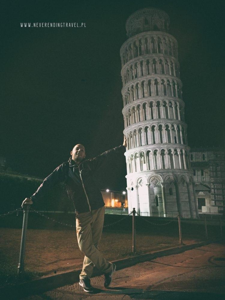 Jarek pod krzywą wieżą nocą