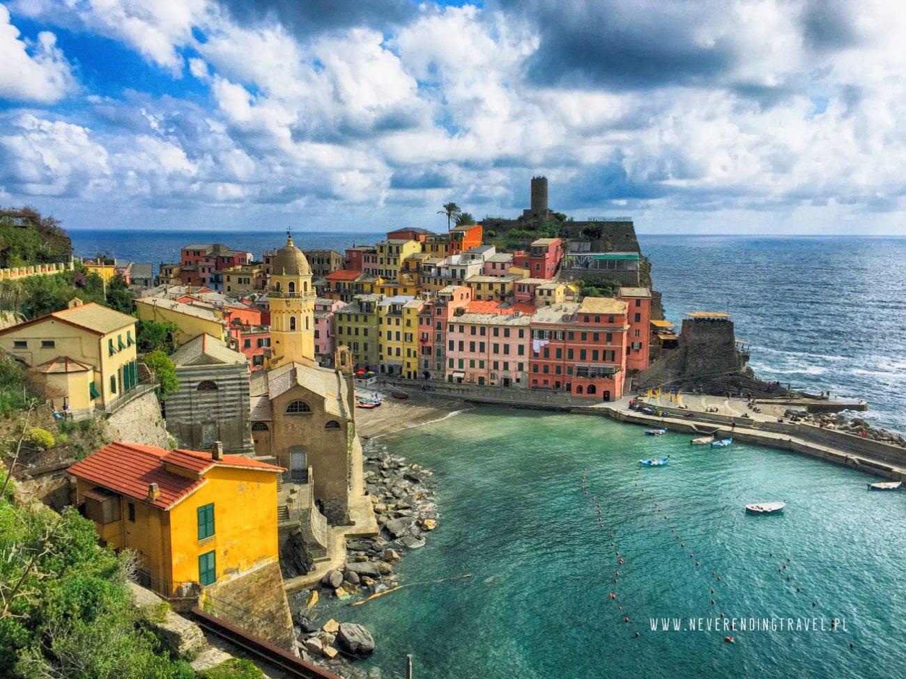 vernazza w Cinque Terre, widok na kolorowe domki wybudowane na skałach schodzących do morza