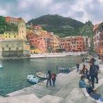 cinque terre , majówka, włochy, morze, kamienieczki kolorowe, neverendingtravel.pl, kolorowe elewacje, ściany, turyści , łódki, góry, włochy, majowe