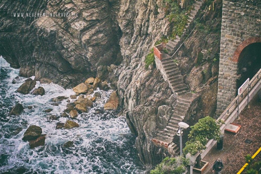 schody do morza na stacji w Riomaggiore w Cinque Terre