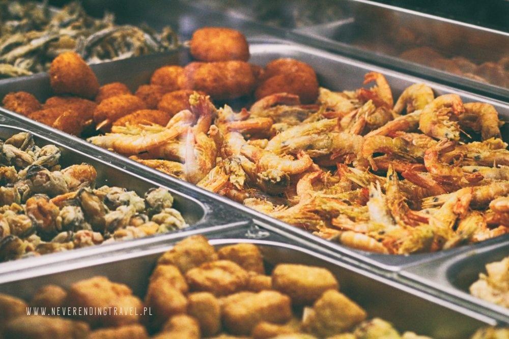 krewetki, kalmary, małże smazone w panierce, jedzenie w Cinque Terre w Ligurii,