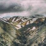ponura pogoda w górach landmannalaugar latem na Islandii, ośnieżone zbocza brązowych gór i zachmurzone niebo