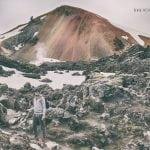 Jarek na tle kolorowego wulkanu