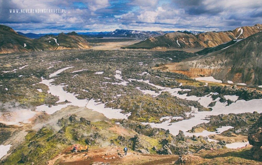 zejscie do obozu przez pole lawowe w górach tęczowych na Islandii