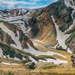 kolorowe góry na Islandii pokryte śniegiem