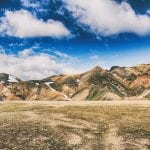 góry widziane z doliny, zieleń, brąz i błękitne niebo