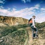 neverendingtravel-Jarek wchodzi na pole lawowe w islandzkich górach