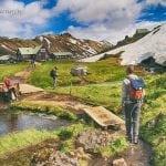 neverendingtravel-Jarek wchodzi na pole campingowe w górach tęczowych na Islandii