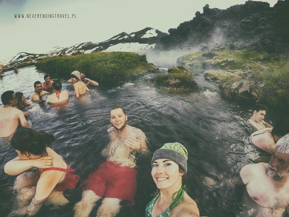 para w wodzie w gorących źródłach gór tęczowych