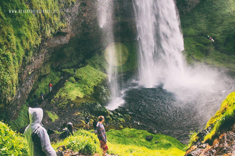 Seljalandsfoss wodospad islandzki, przejscie za wodospadem, słońce