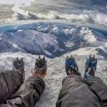 widok, panorama ze szczytu świnicy, nogi, raki, wspinaczka zimą tatry zimą tatry zachodnie panorama, neverendingtravel.pl
