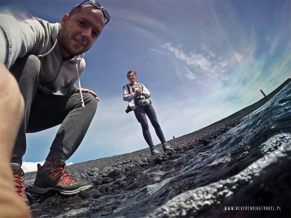 Aga i Jarek na plaży na Islandii