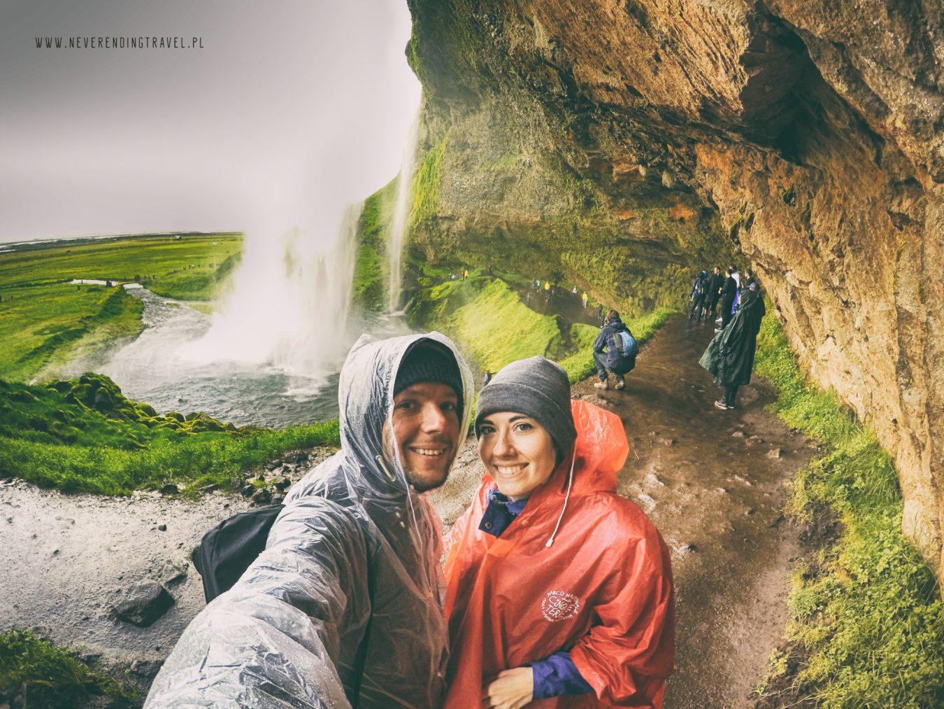 Seljalandsfoss islandzki wodospad neverendingtravel.pl my na tle wodospadu