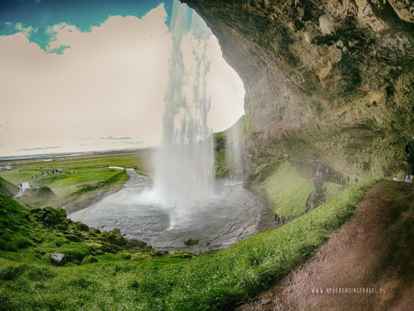 widok na wodospad ze środka jaskini-od tyłu wodospadu