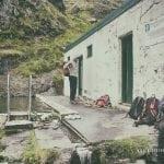 Seljavallalaug opuszczony basen na Islandii budynek przebieralni, ludzie czekają na swoją kolej