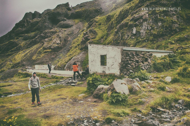 Seljavallalaug opuszczony basen na Islandii budynek przebieralni z tyłu na zapleczu, ściana z kamieni