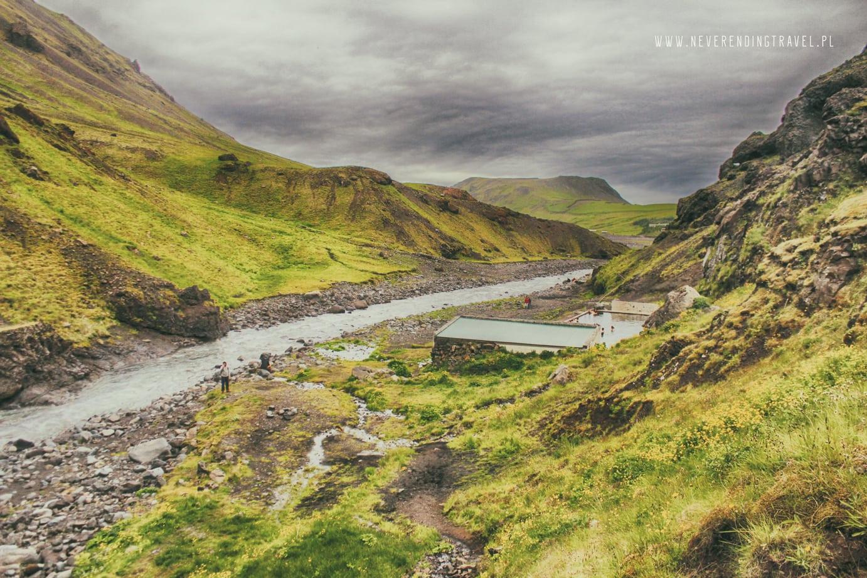 Seljavallalaug opuszczony basen na Islandii widok na basen od tyłu ze wzgórza