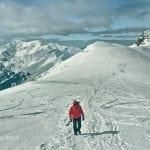 widok na Beskid w Tatrach, zimowa aura, wspinaczka po śniegu, raki na nogach, wędrówka w stronę świnicy