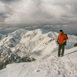 widok na zimowe tatry zachodnie ze szlaku na świnicę