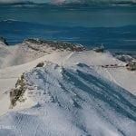 widok na kasprowy wierch ze szczytu świnicy zimą, stacja meteorologiczna, beskid a w tle zakopane