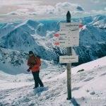 drogowskaz na Świnickiej Przełęczy w tatrach wysokich zimą. tablica ze szlakami, na zawrat, świnice i kasprowy wierch,