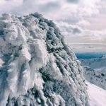 zima w tatrach, oblodzone i ośnieżone skały na tle gór