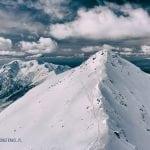 pośrednia turnia widziana ze świnicy, zimowa pogoda, śnieg, szlaki w śniegu, chmury, tatry wysoki, tatry zachodnie