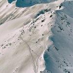 widok na Turnię pośrednią z góry, zimowe góry, tatry, tatry wysokie zimą wydeptane szlaki w śniegu