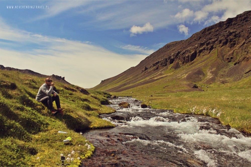 myjemy zęby nad rzeką na Islandii