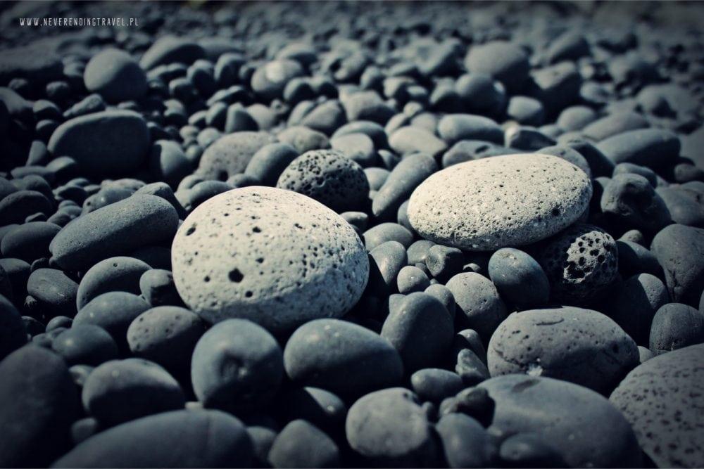 islandzkie kamienie na plaży