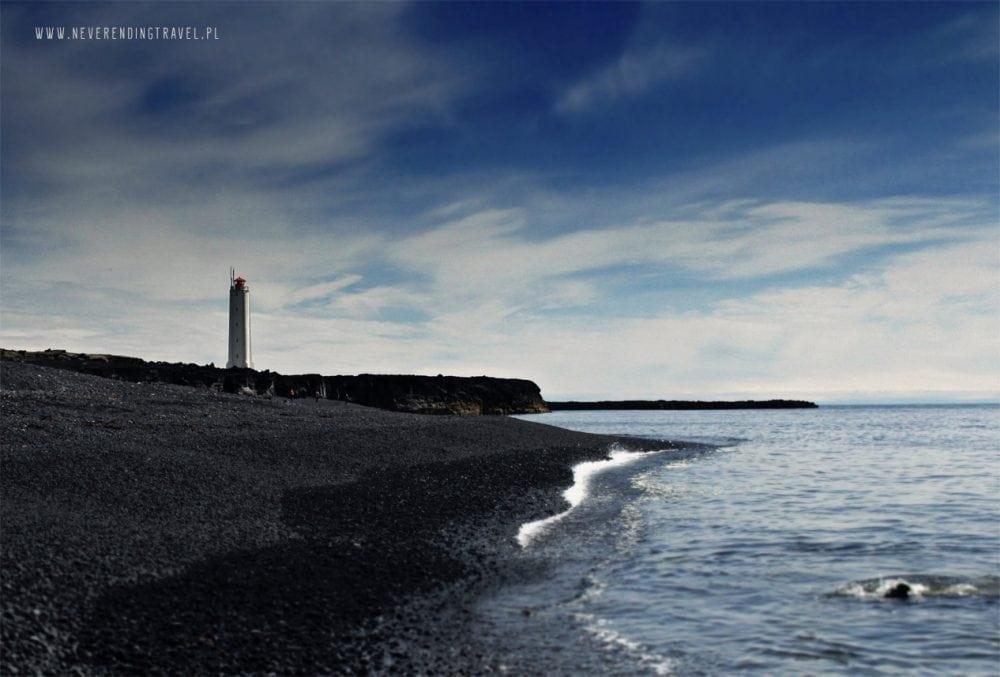 latarnia Malarrif na czarnej plaży na Islandii