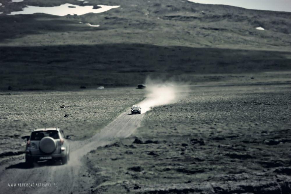 offroad na islandii dojazd do wulkanu saxholl, terenowe auta na szutrowej drodze, auto 4x4, kamienie