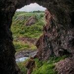 widok z jaskini na szlaku do wodospadu Glymur