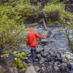 przeprawa przez rzekę na szlaku do wodospadu Glymur na Islandii