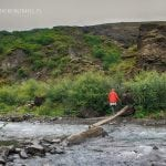 most z bala nad rzeką na szlaku do wodospadu Glymur na Islandii