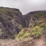 islandzki wodospad Glymur we mgle