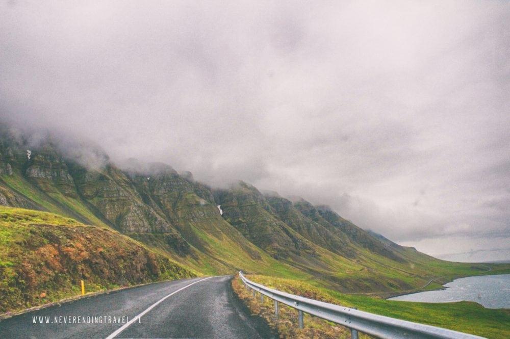 islandia, droga wzdłuż fiordu, góry mgła, Iceland,