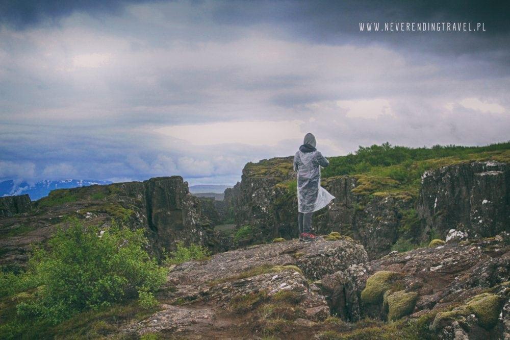 Park Narodowy Thingvellir spacer po skałach na islandii
