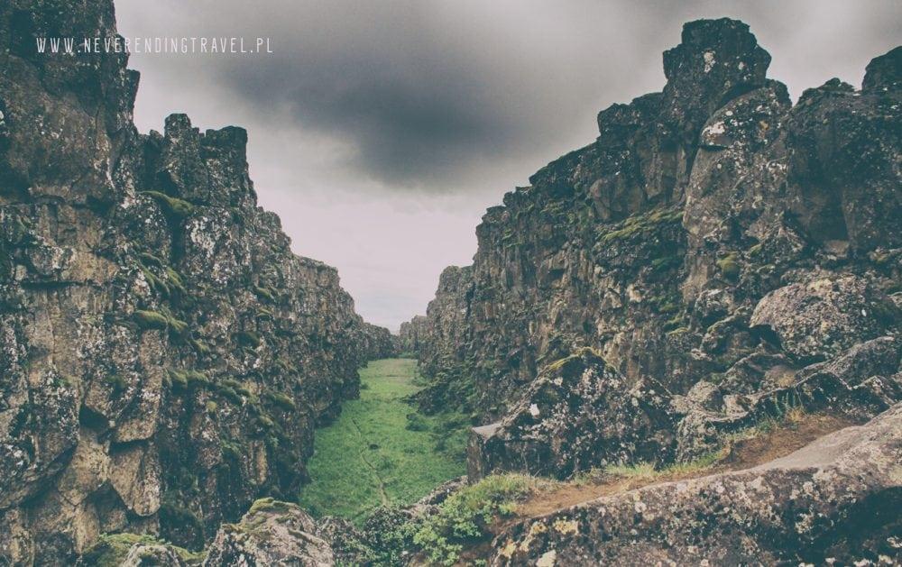 Park Narodowy Thingvellir widok z dołu z dna rowu, pęknięcia między kontynentami