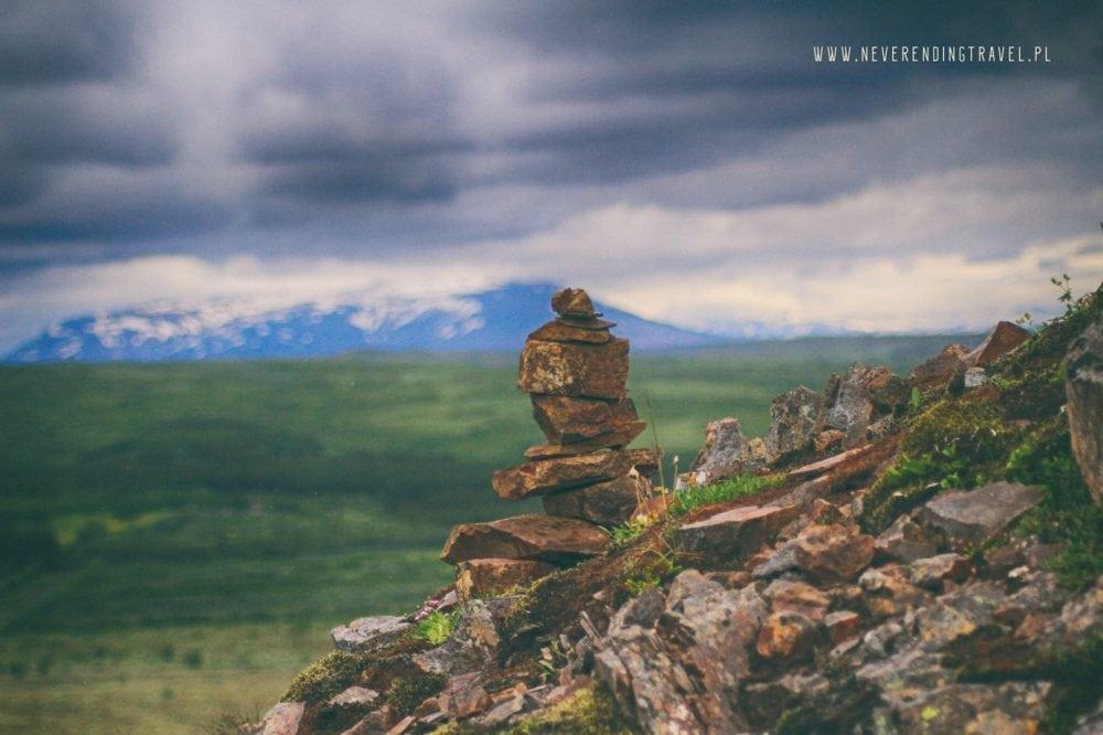 trol na islandii z łupków, kamieni, na tle gór