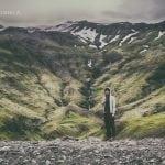 zielone góry na islandii w drodze nad opuszczony basen