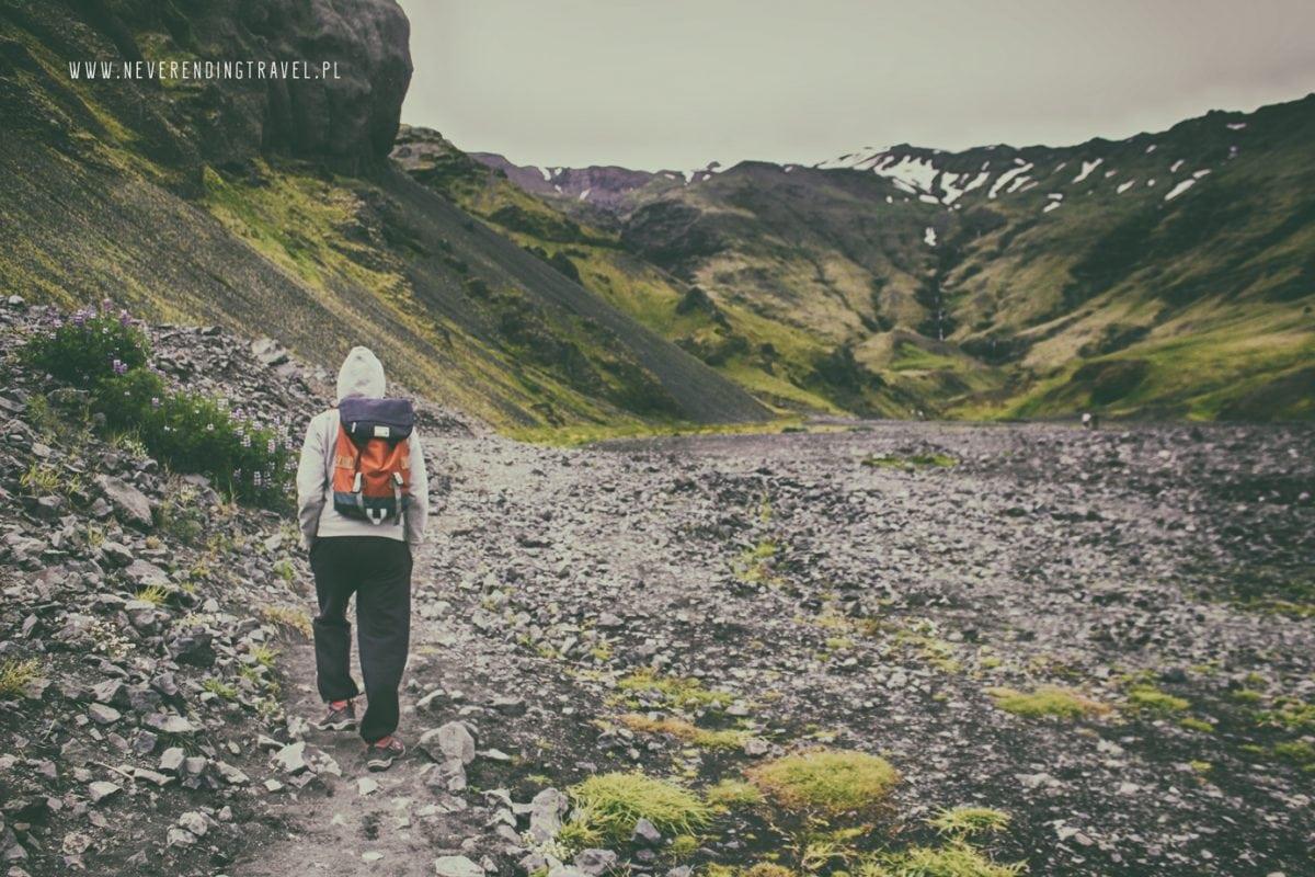 idziemy sciezką nad opuszczony basen w górach na Islandii