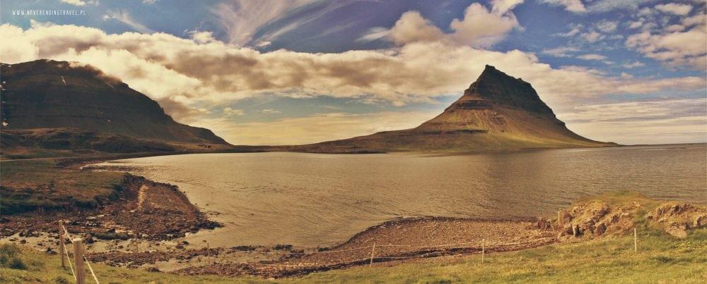 panorama góry kirkjufell nad fiordem