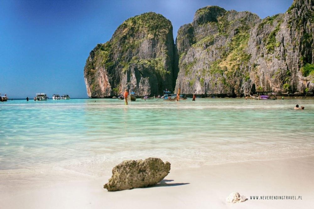 plaża na maya bay i kawałek koralowca leżącego w morzu
