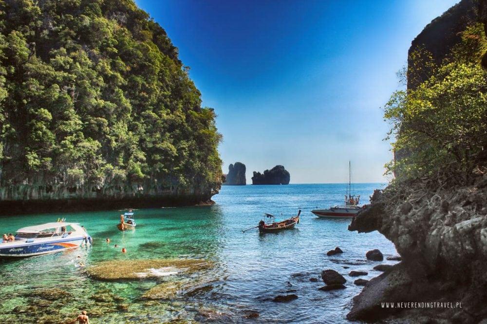 piękna zatoka na wyspie phi phi, w tle widać pobliskie wysepki, a w zatoczce zacumowane są łodzie