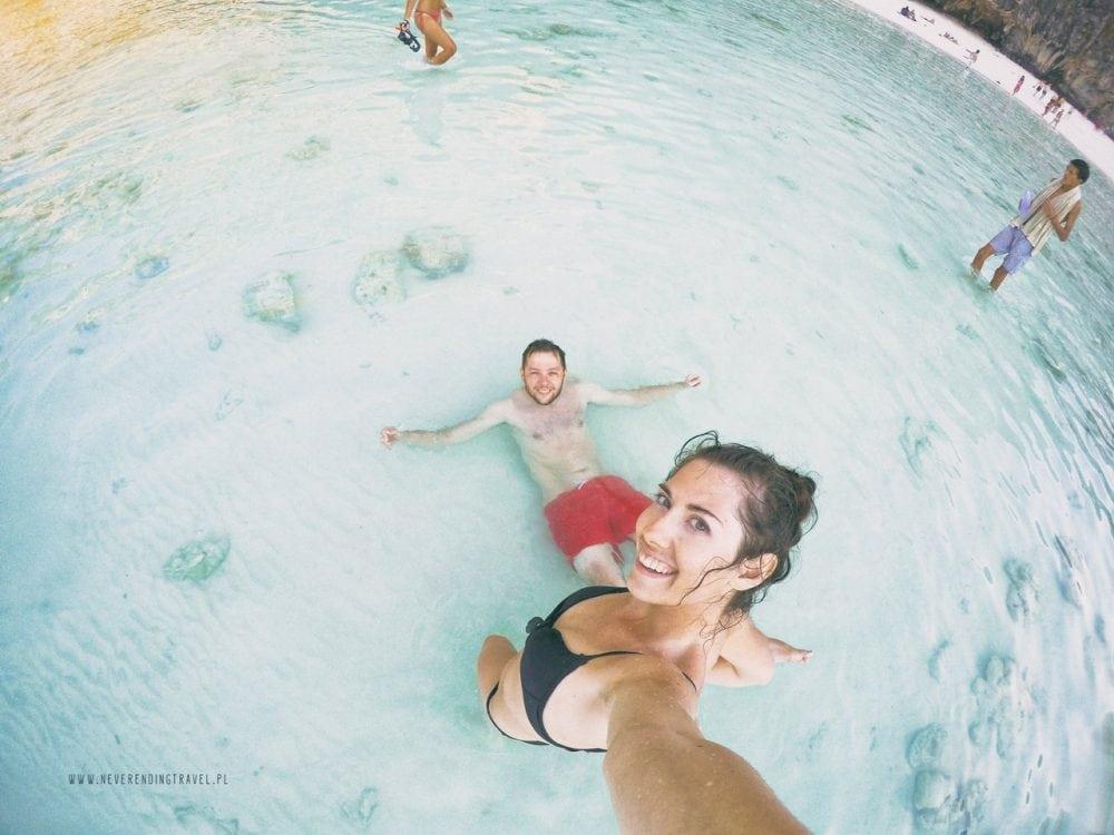 aga stoi i robi zdjęcie z góry sobie i Jarkowi leżcemu w tle w krystalicznej wodzie na plaży maya bay na wyspie phi phi