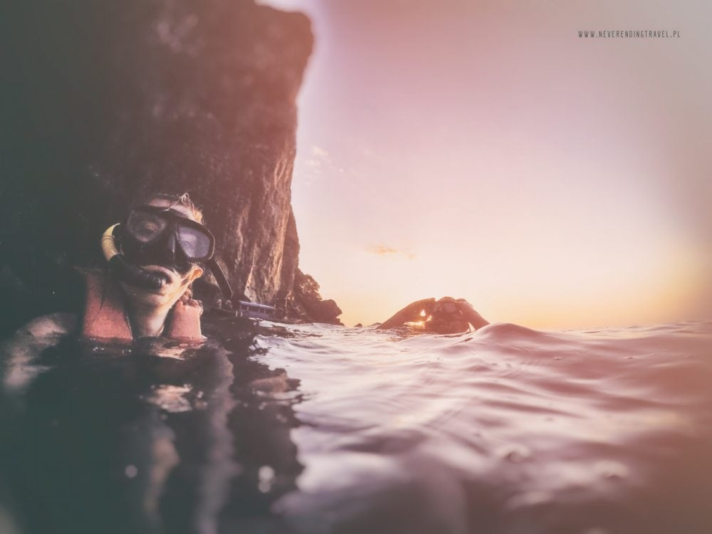 na pierwszym planie Aga w masce i rurce do nurkowania, na drugim planie jarek, oboje zanurzeni w wodzie po szyję