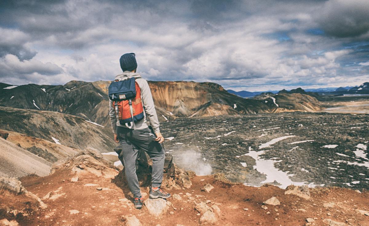 kolorowe góry na Islandii widok na pole lawowe wulkanu Brennisteinsalda i Jarek na jego szczycie z plecakiem na plecach