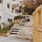 lista nieznanych miejsc w Atenach Piano-Steps-Athens-schody-pianino-w-Atenach-widok-z-boku-neverendingtravel.pl